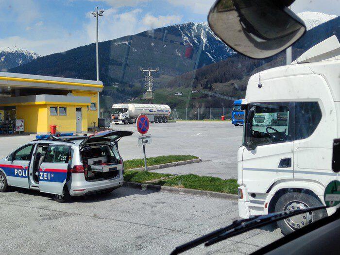 lkw kontrolle in österreich nach missglückten überholvorgang